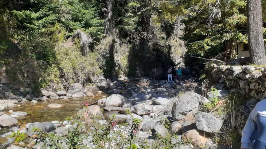 Según la teoría de la fiscalía, la joven perdió pie al desmoronarse un sendero y cayó desde una altura importante al arroyo Goye, en Colonia Suiza, distante a unos 25 kilómetros del centro de Bariloche. (Foto Gentileza)