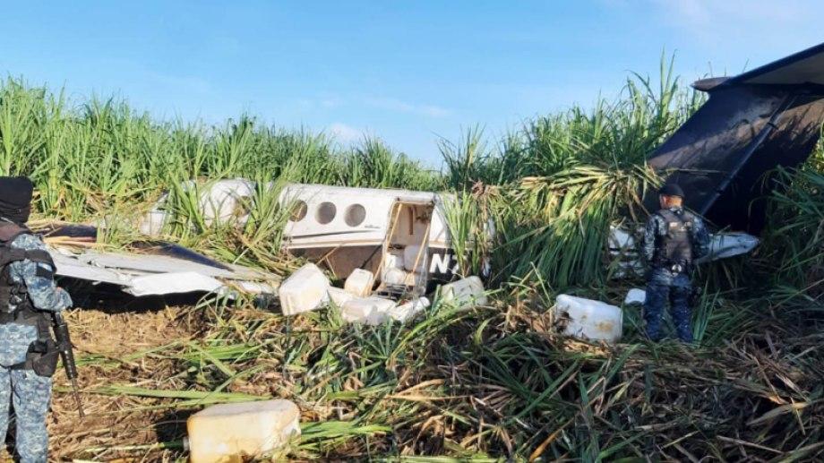 Un avión narco caído con su carga en la selva de Guatemala. (Gentileza: El Periódico)
