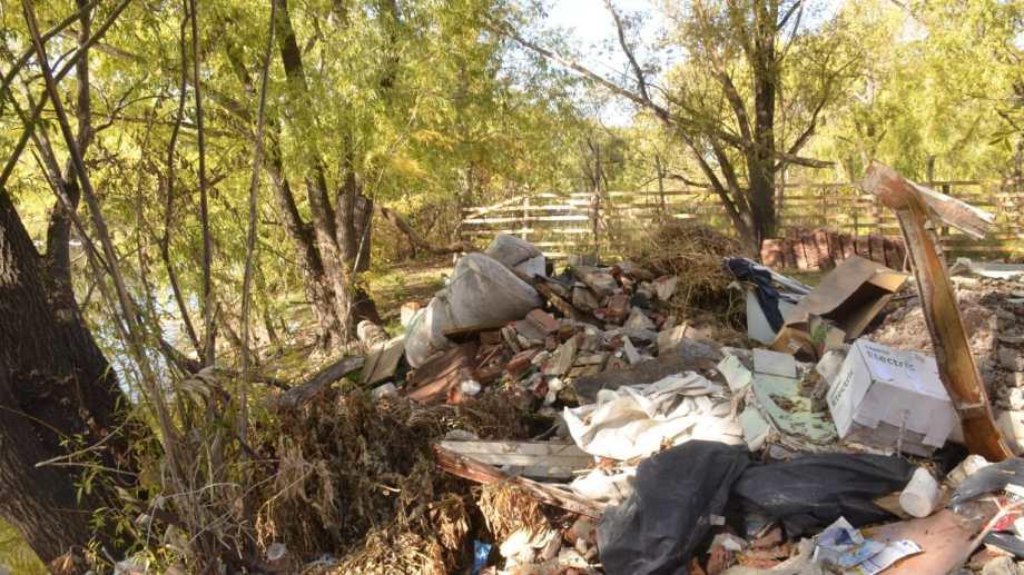 El intendente convocó a vecinos y organizaciones para colaborar con la tarea de erradicar basurales. (Yamil Regules)