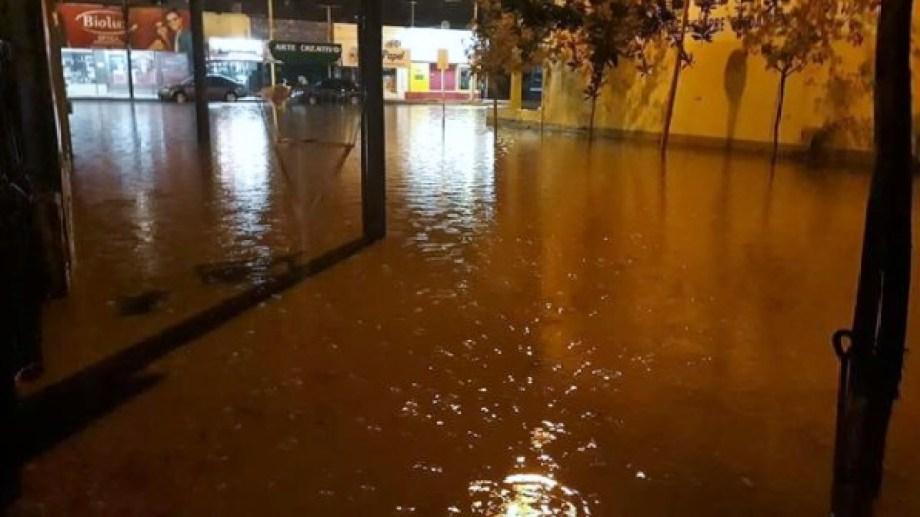 En algunos sectores el agua cubría las calles de Regina de vereda a vereda. (Foto gentileza)