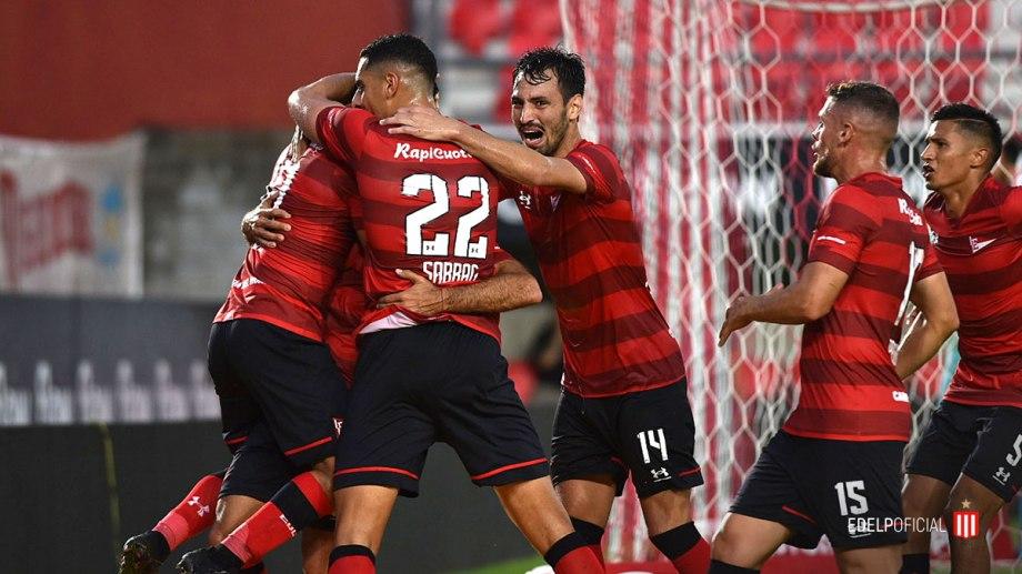 Festejo desaforado de Cauteruccio con sus compañeros luego del gol del triunfo para Estudiantes.