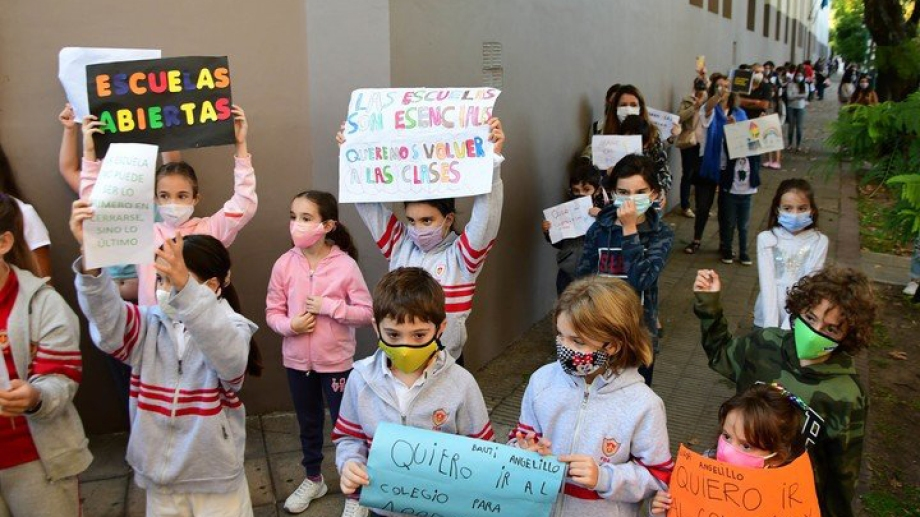En Vicente López hubo carteles y aplausos para reclamar por la presencialidad. Foto: MARCELO CARROLL.