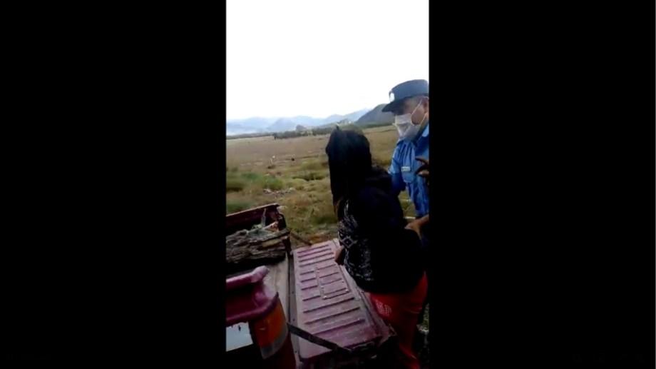 Un policía intervino para que la mujer cese la agresión contra la guardaparque. (Captura).-