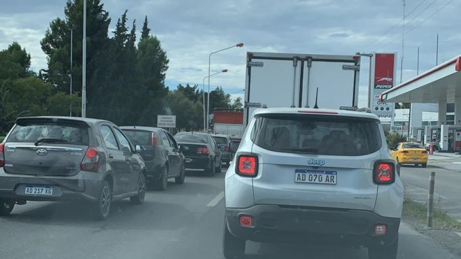 Con un intenso tráfico quedaron liberados los puentes Neuquén-Cipolletti. (Gentileza)