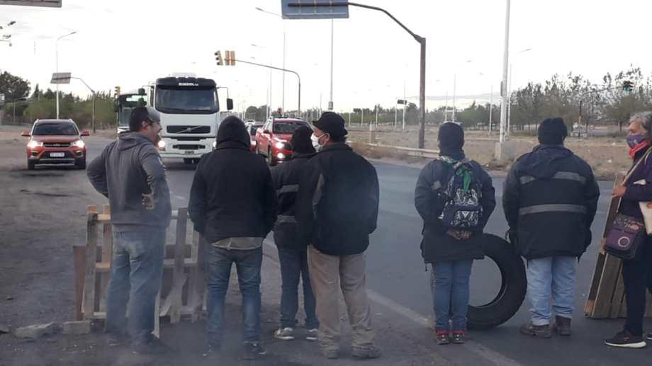 Este sábado los trabajadores de Fasinpat retomaron el corte de ruta en reclamo de la reconexión del servicio de luz. (Gentileza).