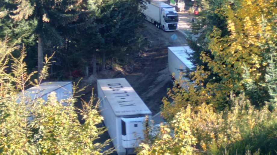Los camiones de carga se instalaron en el acceso al barrio Villa Correntoso. Gentileza