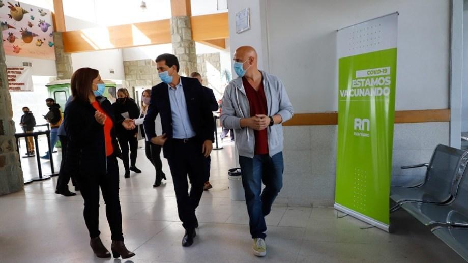 El ministro del Interior de Nación, Eduardo de Pedro, recorrió este jueves el vacunatorio, acompañado por la gobernadora, Arabela Carreras, y el director del hospital de Bariloche, Leonardo Gil. (foto gentileza prensa de la provincia)