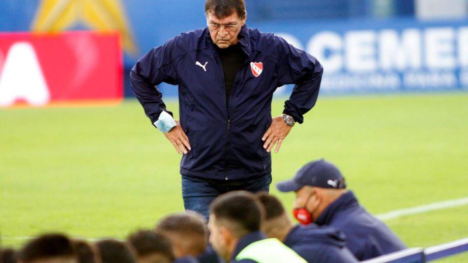 El caso positivo de Julio Falcioni encendió aún más las alarmas en el fútbol argentino.