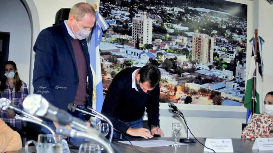 Alejandro Palmieri y Edgardo Vega firmaron un convenio de asistencia para actualizar el digesto municipal de Regina. (Foto Néstor Salas)