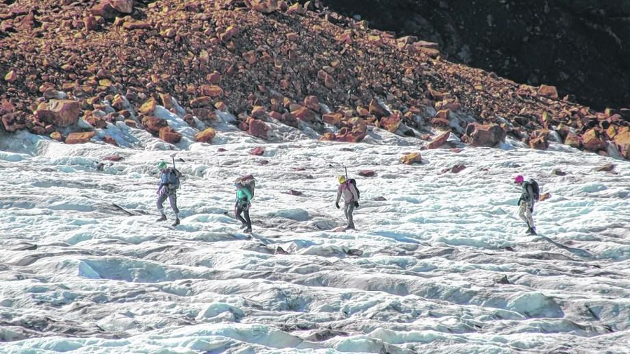 Los especialistas recorren periódicamente los glaciares y realizan registros de datos y de imágenes. Foto: gentileza