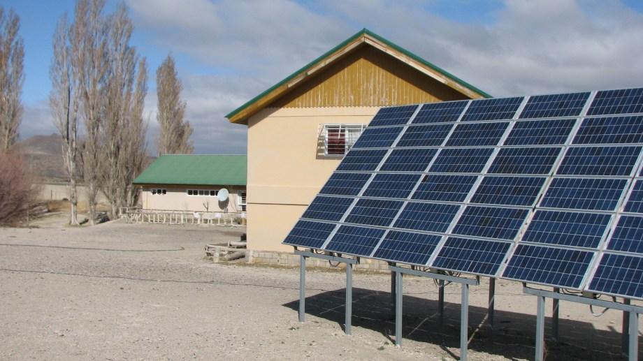 El gobierno lanzó la licitación para abastecer a 406 escuelas rurales con paneles solares. (Foto: gentileza)