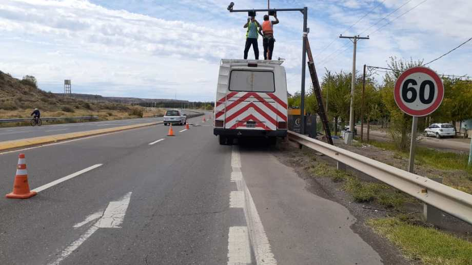 Comenzó la instalación de radares para fotomultas en la Ruta 22 en el ingreso oeste a Regina.