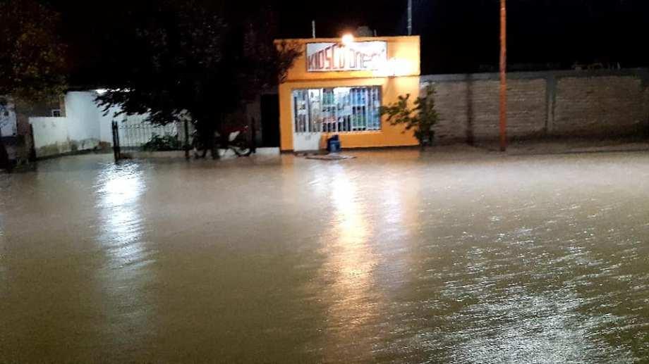 Las calles de Los Menucos se convirtieron en ríos. Foto: Hugo Muñoz.