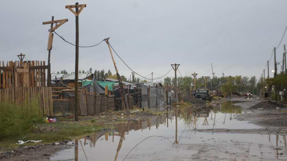 Muchas calles intransitables por la acumulación de agua (Florencia Salto)