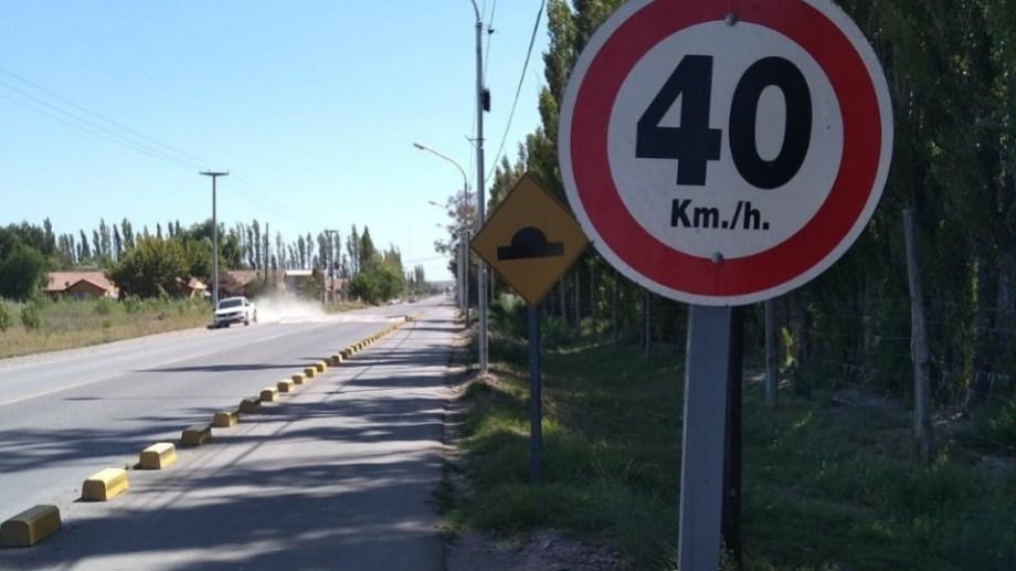 Varios vecinos se han quejado de estos reductores de velocidad. Foto archivo.