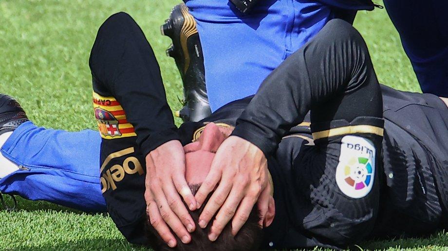 Messi quedó tirado un buen rato tras la entreada del volante de Villarreal, que perdió 2-1 contra Barcelona.