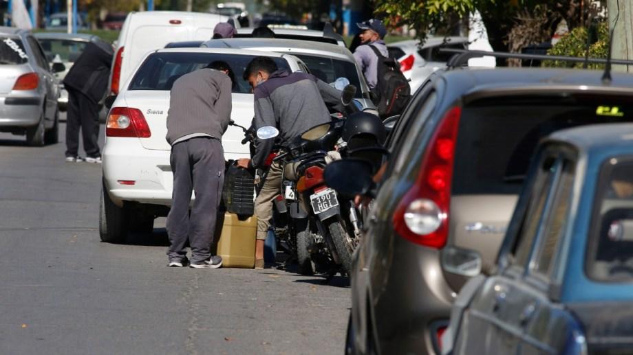 La semana pasada se vieron largas colas para obtener algo de combustible. Foto Juan Thomes.