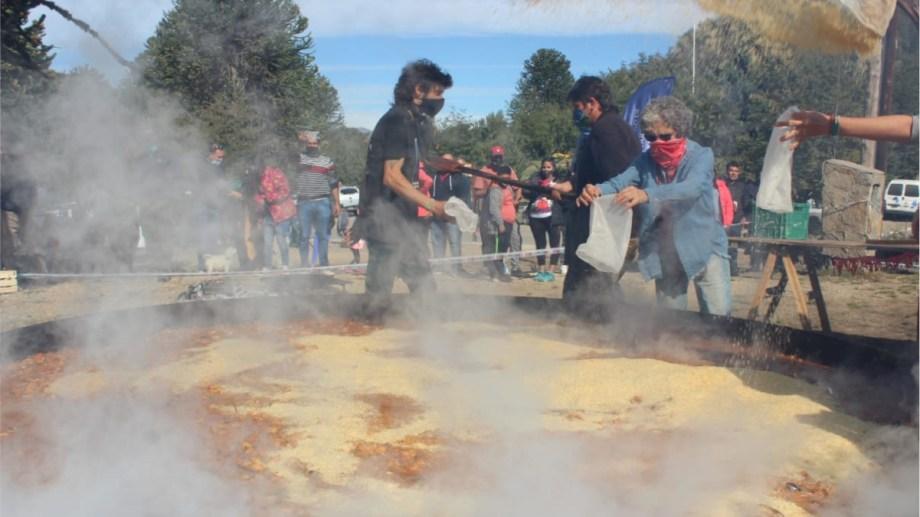 Uno de los principales atractivos en Villa Pehuenia, la capital de la Gastronomía, fue la tradicional paella gigante. (Foto: gentileza)