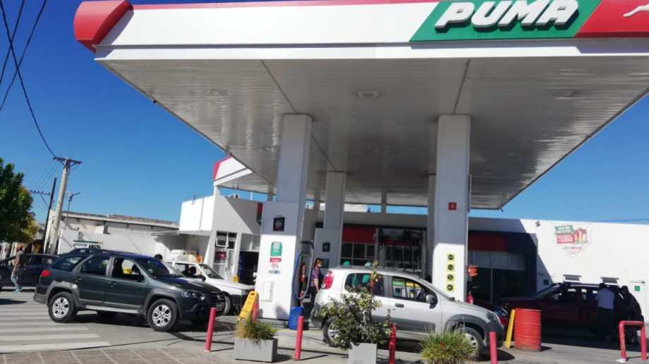 Sobre el mediodía, los automovilistas se volcaron a la estación de servicios de calle Mendoza y La Plata. (foto: Luis Leiva)