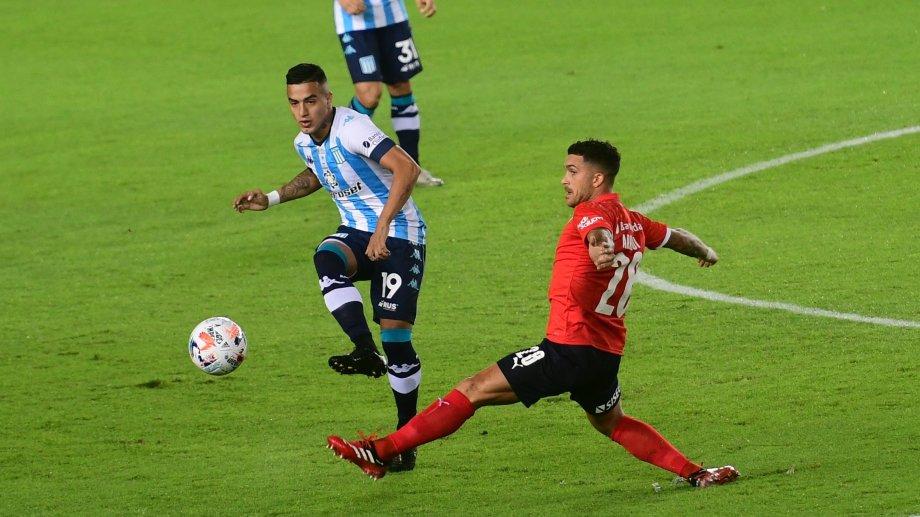 Racing e Independiente disputaron el clásico de Avellaneda. Miranda y Arregui pelean la pelota en el medio.