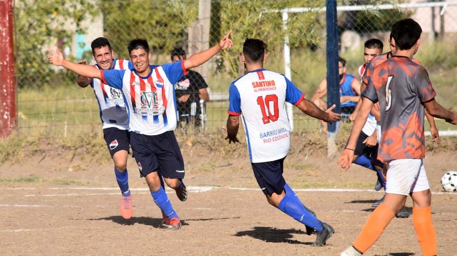 Barrio Unión venció 2 a 1 a La Adela en su cancha. (Foto: Jorge Tanos)