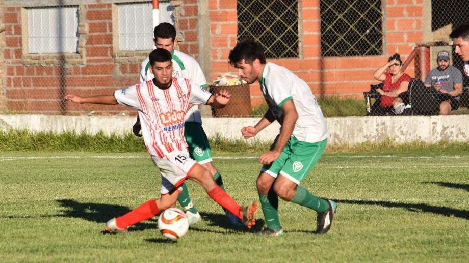 Imagen de una de las igualdades entre Atlético de Río Colorado y Buena Parada. Fotos: Jorge Tanos