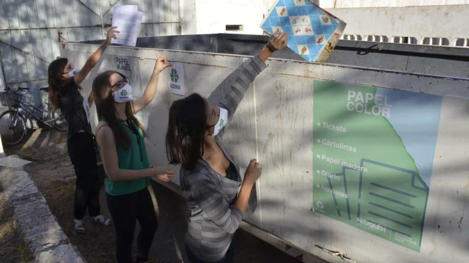 Parte de las jóvenes que forma parte de Re Accionar, la organización que apunta a disminuir los residuos mediante el reciclado (Yamil Regules)