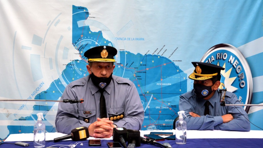 El jefe Osvaldo Tellería y el subjefe Orlando Cuñaqueo en la conferencia de prensa de esta mañana. Foto: Marcelo Ochoa.