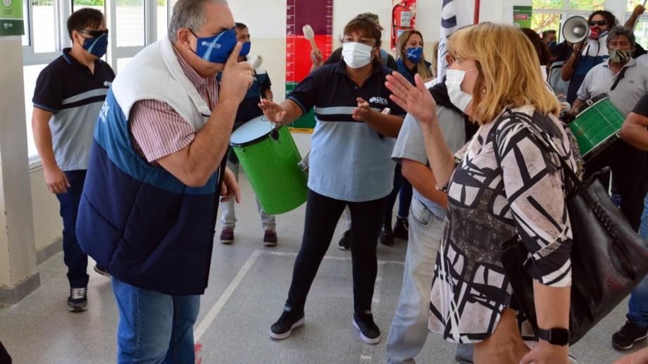 Scalesi en su cruce con la ministra de Educación. Foto: Marcelo Ochoa.