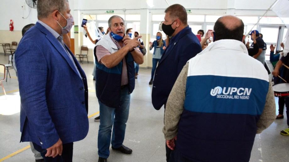 El dirigentetambién tuvo un intercambio con el legislador Szczygol. Foto: Marcelo Ochoa.