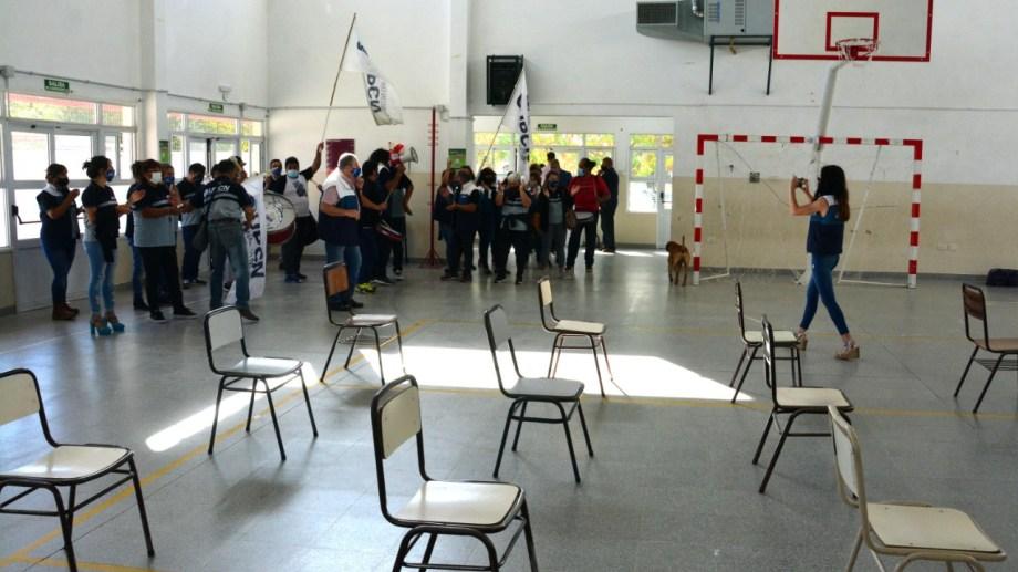 El ingreso de los manifestante de UPCN en la escuela de la capital provincial. Foto: Marcelo Ochoa.