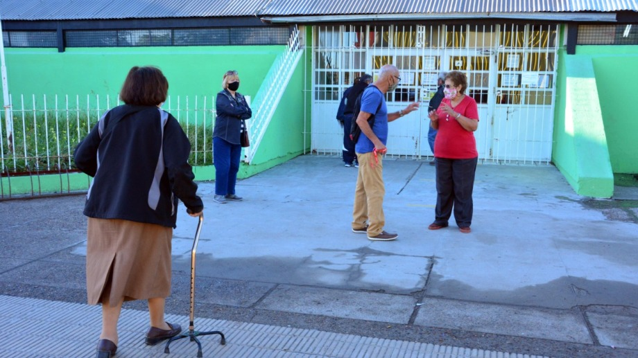 Adultos mayores frente al gimnasio municipal. Foto: Marcelo Ochoa.