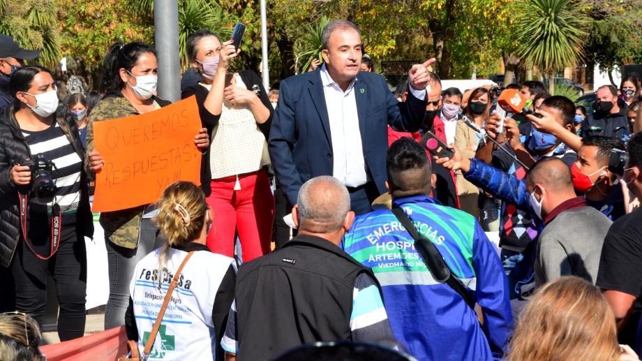 El intendente Pesatti frente a los trabajadores de la Salud en el acto. Foto: Marcelo Ochoa.
