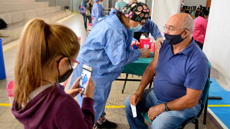 La vacunación en Viedma se realiza en el gimnasio municipal Fioravanti Ruggeri Foto : Marcelo Ochoa