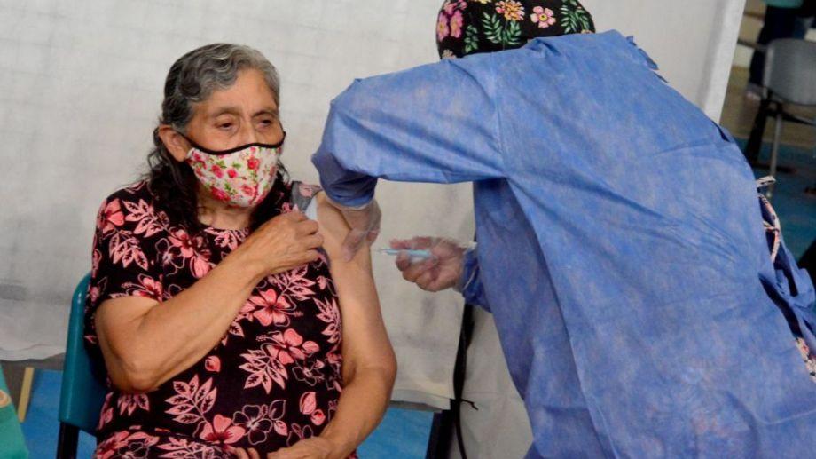 Los adultos mayores deberán presentar el carnet de vacunación de la primera dosis. Foto: archivo/Marcelo Ochoa