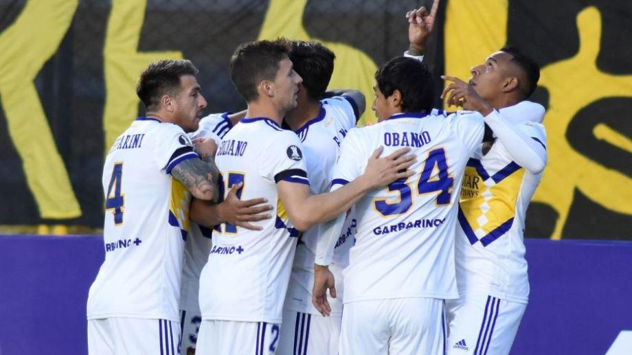 Villa marcó un golazo y lo festeja junto a sus compañeros.