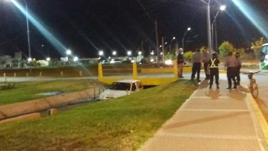 El vehículo prácticamente quedó encajado en uno de los puentes ubicados a pocos metros de la Ruta Nacional 22. (foto: gentileza)