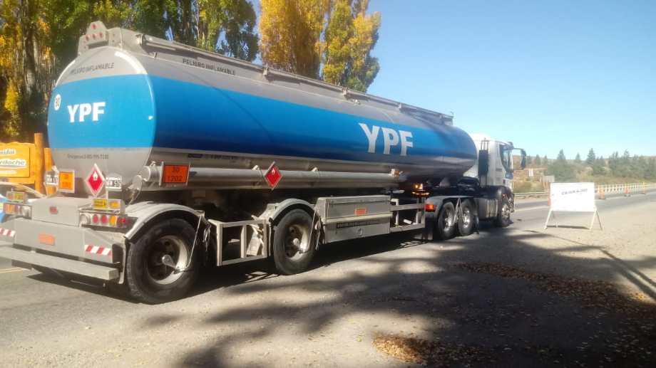 Uno de los camiones de YPF en el puente del Limay.