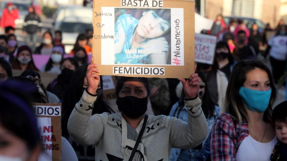 La movilización se realizó en la ciudad de Centenario, donde se produjo el hecho. La concentración fue en la plaza Los Pioneros. Foto Oscar Livera.