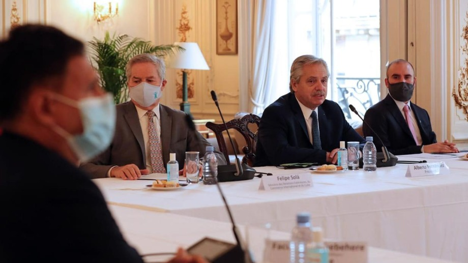 El presidente Alberto Fernández mantuvo hoy un encuentro con empresarios franceses en la sede de la embajada argentina en París.