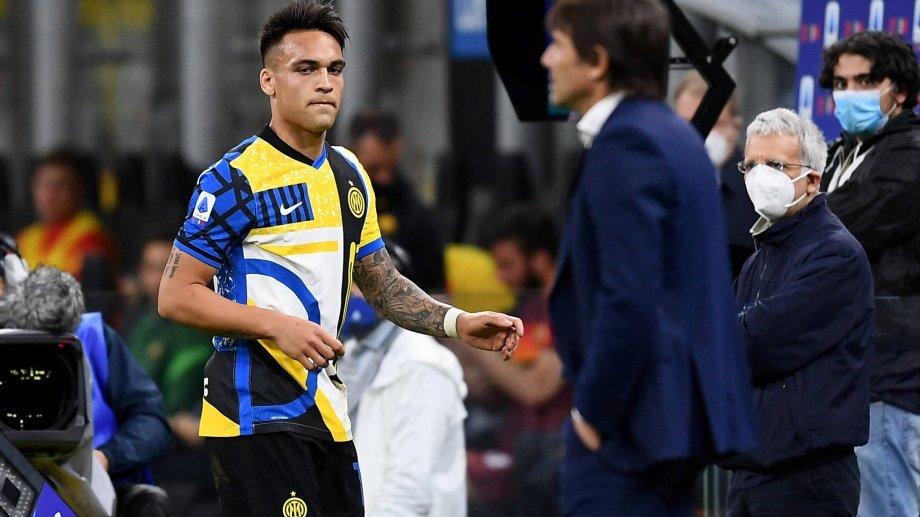 Martínez fulminó con la mirada a Conte después de que lo saque.