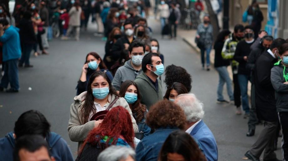 Votantes hacen cola desde temprano para elegir Constituyentes en Santiago, Chile (AP  Esteban Felix)