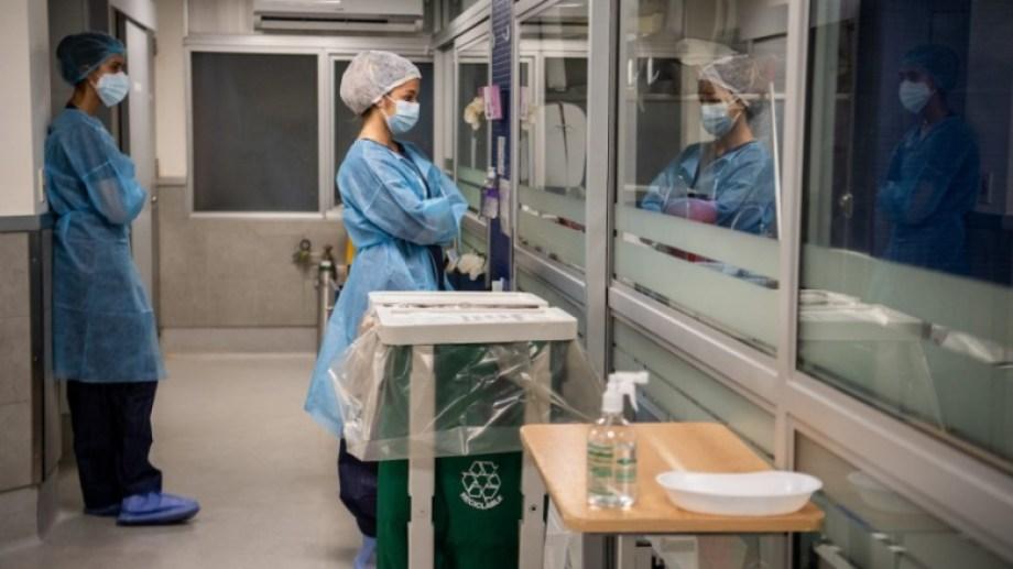 Las nuevas cepas de coronavirus son aún más contagiosas que la inicial.-