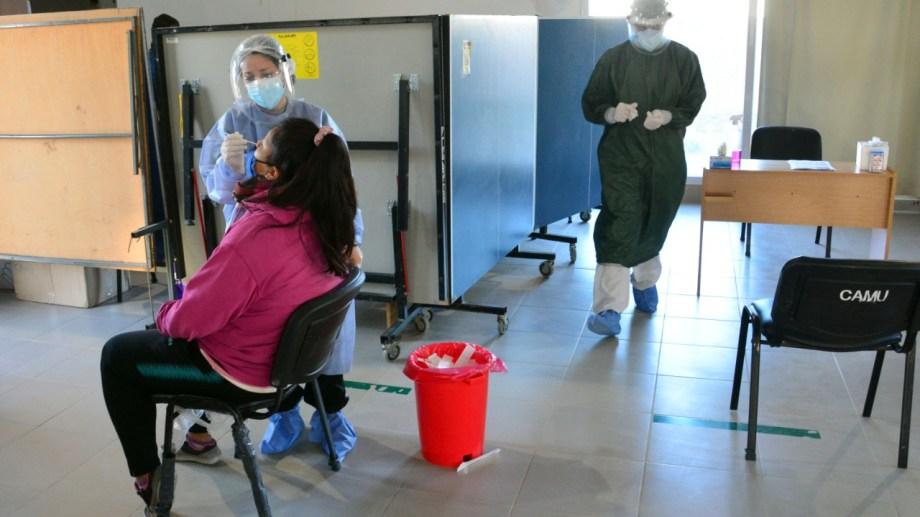Unos 200 hisopados se realizaron el lunes en la capital provincial. Foto: Marcelo Ochoa.