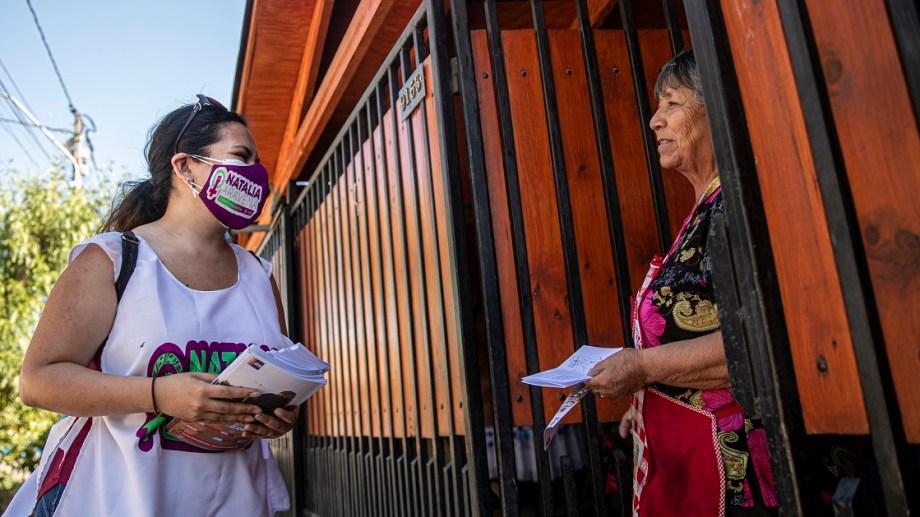 Natalia  Aravena,  que perdió un ojo en una protesta en 2019, hace campaña para la Constituyente en Santiago.   (AP  /Esteban Felix)