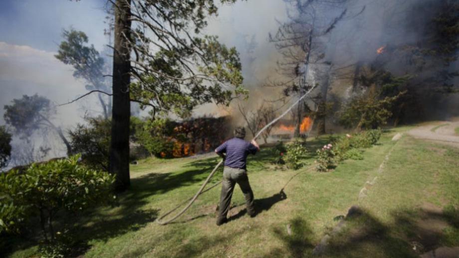 El incendio de marzo de 2015 se desató cerca del sanatorio San Carlos, en un terreno baldío, y se propagó rápidamente afectando viviendas. Archivo