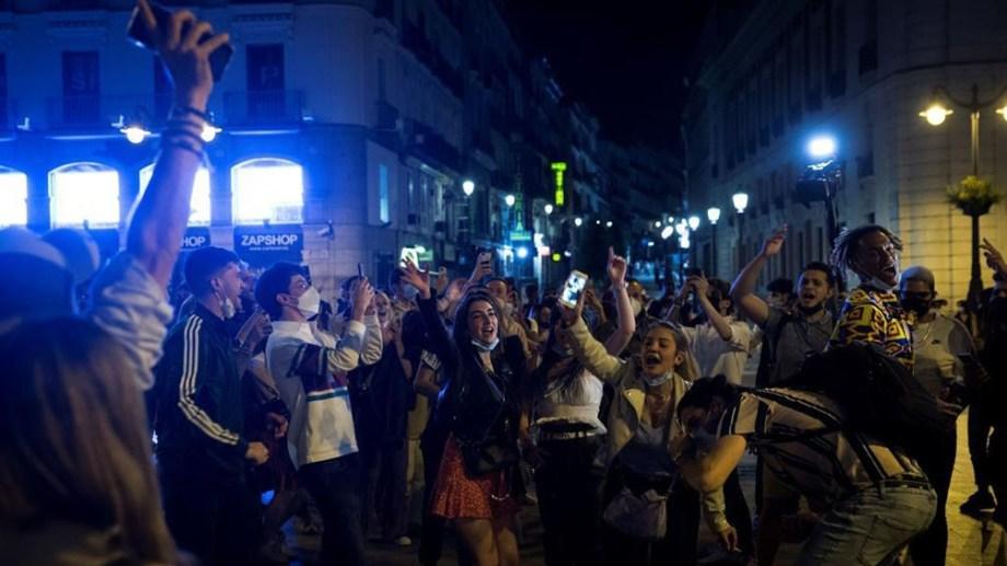 En Madrid, la gente salió a la calle a festejar en la Puerta del Sol.