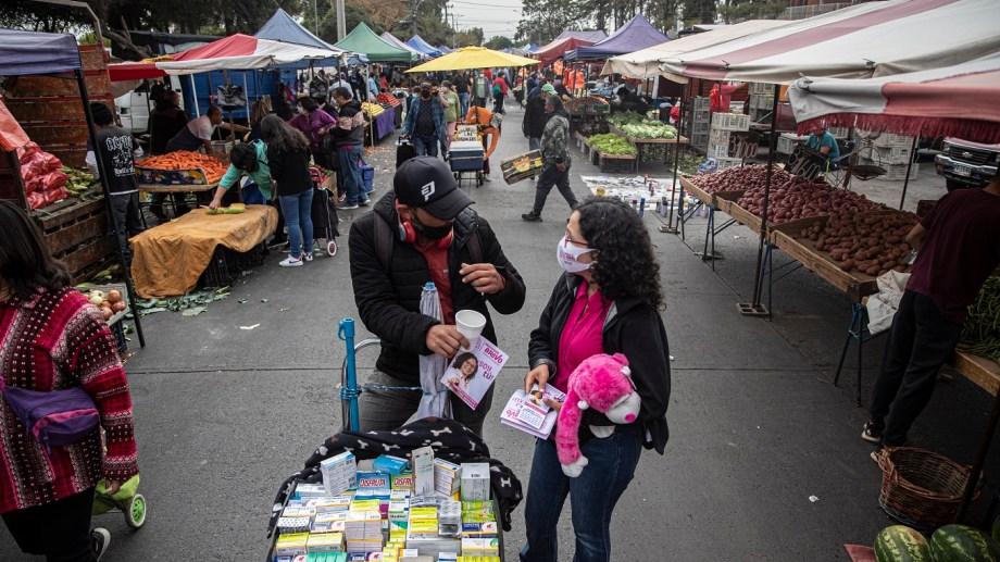 Macarena Bravo, una candidata independiente hace campaña en un mercado, en Santiago, Chile (AP/Esteban Felix)