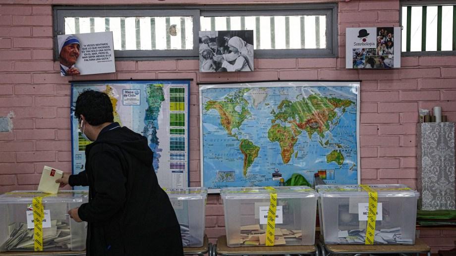 Un residente emite sus votos en Santiago, en la jornada de hoy (APhoto/Esteban Felix)