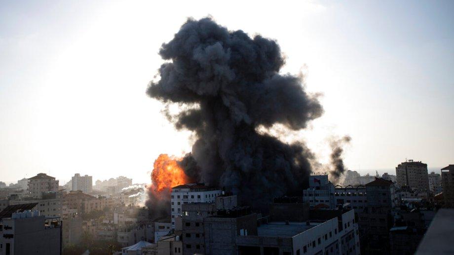 Dos edificios de varios pisos fueron derrumbados por los misiles en Gaza. (Foto: AP)